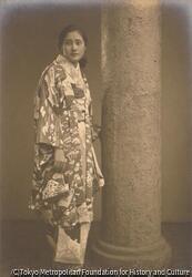 作品画像:(円柱と和服の女性像)