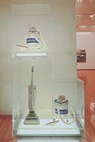 作品画像:2段による掃除機の転置:新品のフーヴァー・コンヴァーティブル、新品のシェルトン・ウェット/ドライ・5ガロン、新品のシェルトン・ウェット/ドライ・5ガロン