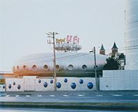 作品画像:「TOKYO SUBURBIA 東京郊外」ラブホテルUFO、千葉県