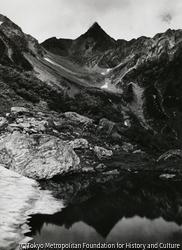 作品画像:夏の槍ヶ岳と天狗池、氷河公園より