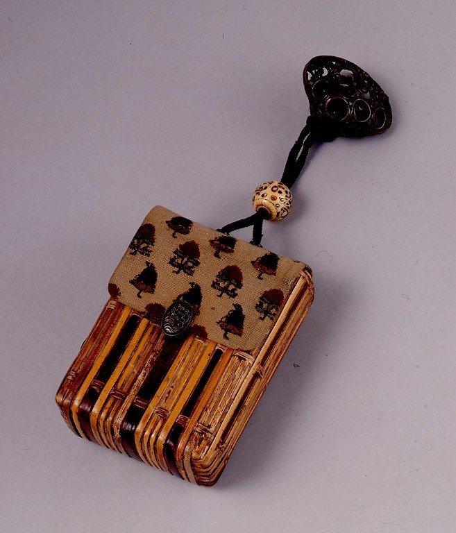 作品画像:更紗かぶせ竹編一つ提げたばこ入れ