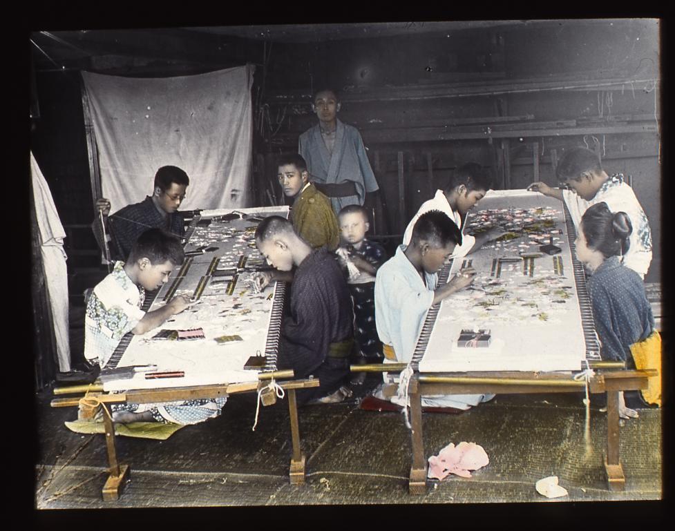 作品画像:反物に刺繍をする女性たち