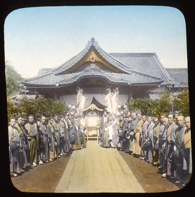 作品画像:神社の前の人々