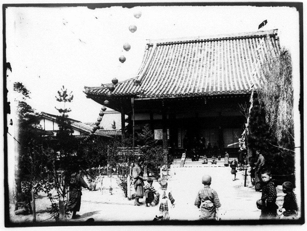 作品画像:寺院前の子供たち