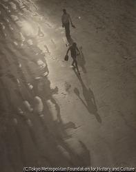 作品画像:(裸足で歩く男女)