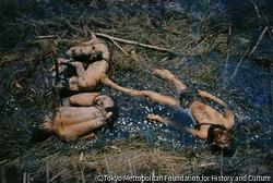 作品画像:政府軍陣地を攻撃した南ヴェトナム解放民族戦線の「三勇士」。その中の一人は、手製の地雷を抱いて死んでいた。