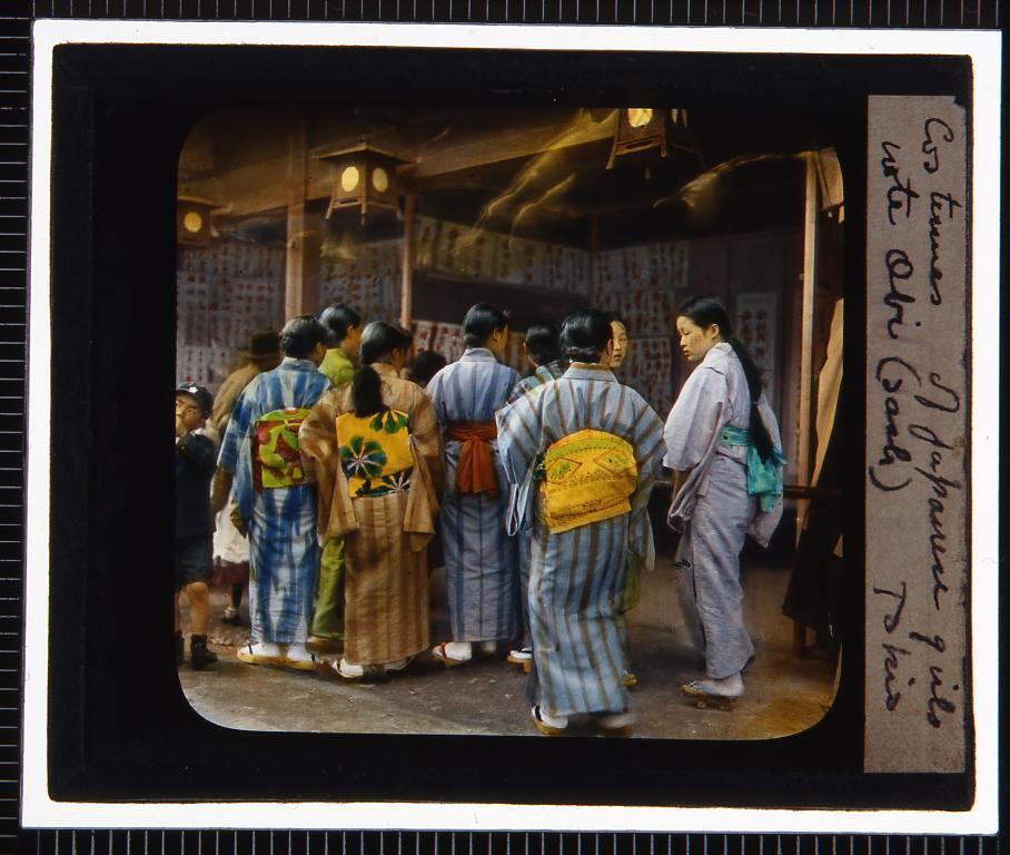 作品画像:東京 着物姿の女性達(幻燈原板)