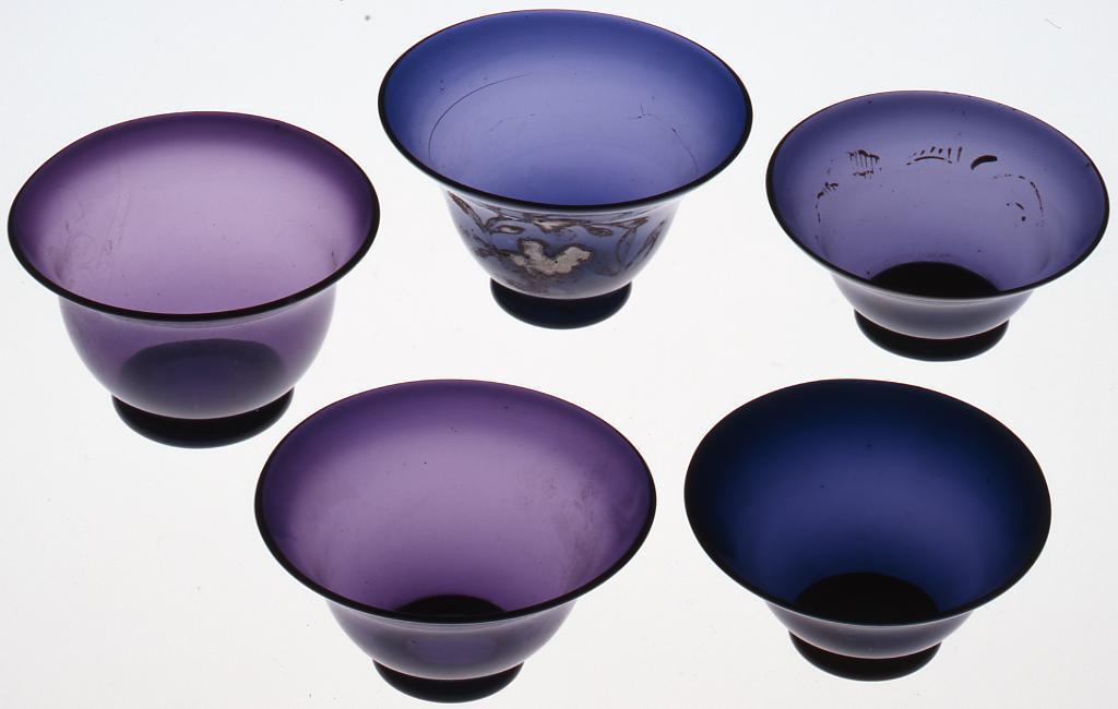 濃紫色草花絵入り(絵跡あり)宙吹き盃