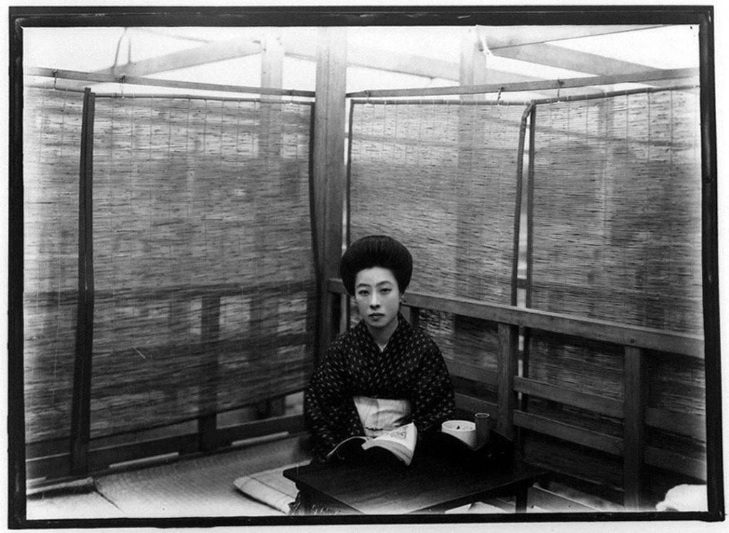 作品画像:涼み台に座る女性