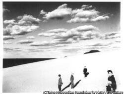 作品画像:妻のいる砂丘風景 (Ⅲ)