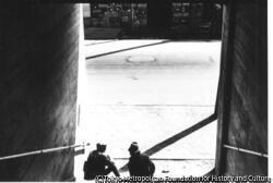 作品画像:(階段に腰掛ける男性2人)
