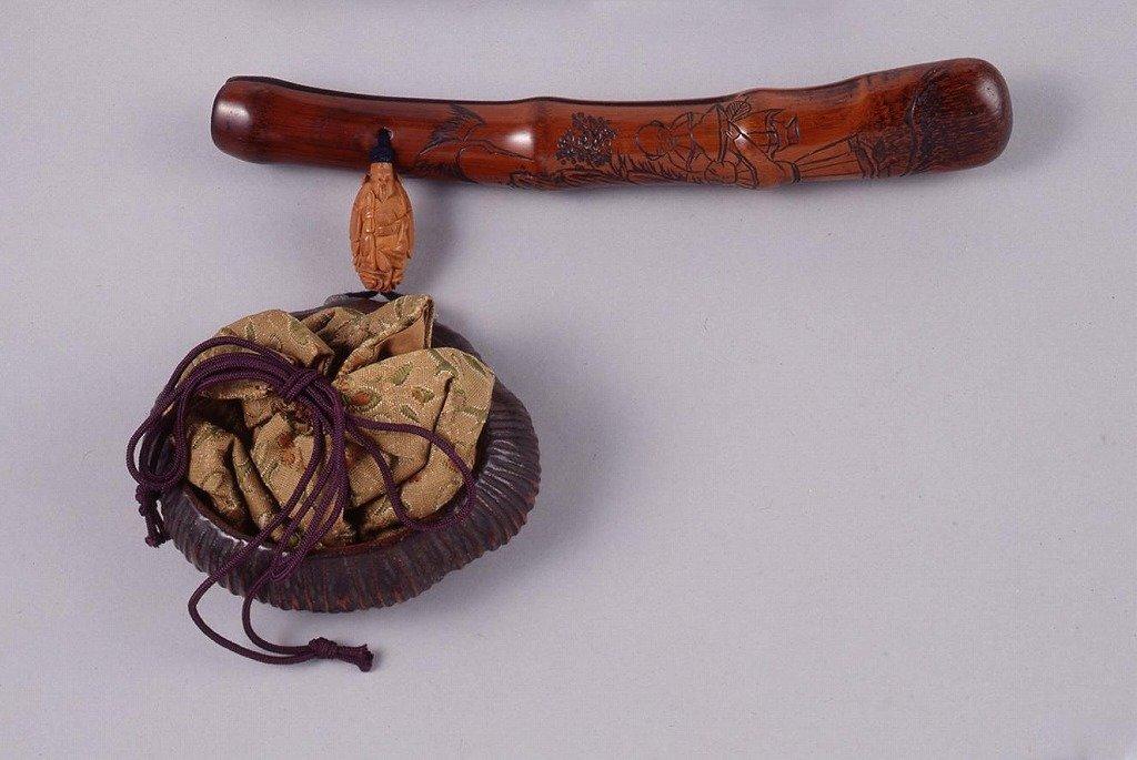 作品画像:底木製茸彫古代裂花文巾着とんこつ腰差したばこ入れ