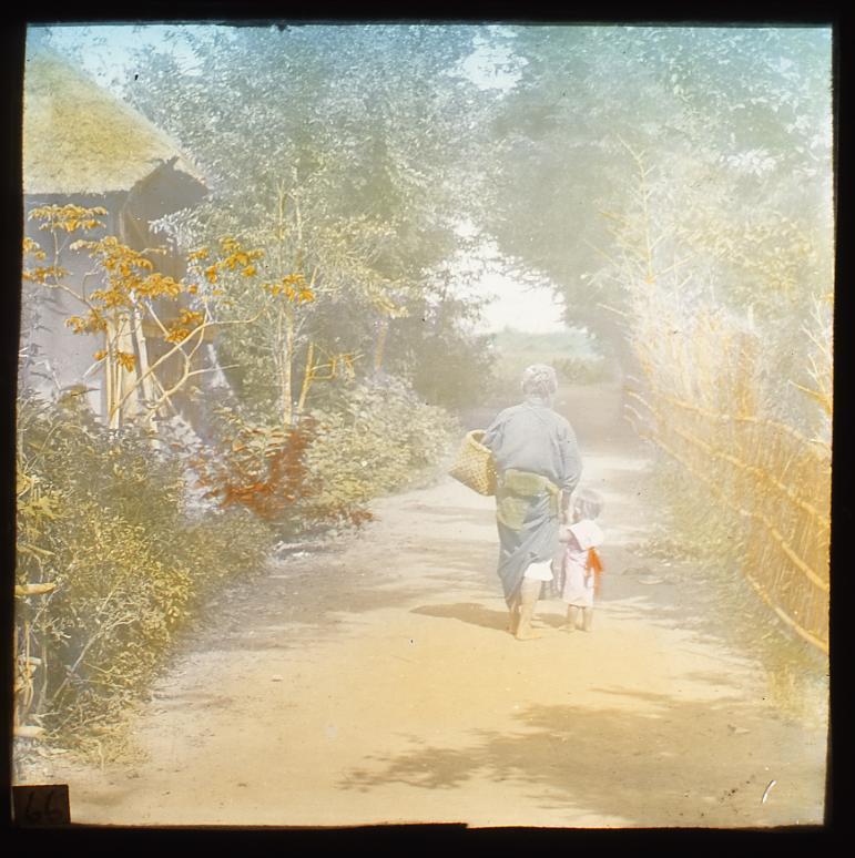 作品画像:小路を歩く老婆と少女