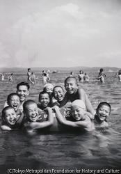 作品画像:江ノ島海岸で遊ぶ子ら