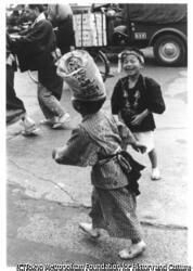 作品画像:三社祭の子ら 、 浅草
