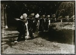 作品画像:大正12年に創立された金沢村の民謡団体「荒波会」。主婦連たちが相川音頭を踊る