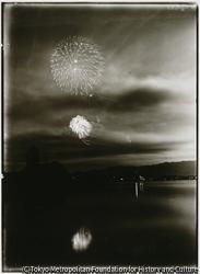 作品画像:大正15年8月に両津町で川開き花火大会が挙行された。七彩の光に歓声が上がる