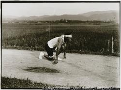 暁の特急ランナーといわれた吉岡隆徳選手に憧れた青年がスタートの真似をする