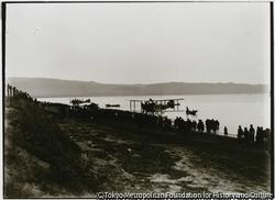 作品画像:昭和9年、遠浅な真野湾の河原田海岸に佐渡で初の複葉水上飛行機が飛んできた