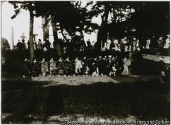 南佐渡小木町の芸者衆たちが、木崎神社境内において、華やかな群舞を披露する
