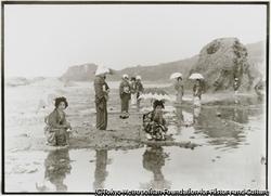 作品画像:相川町の景勝地、千畳敷海岸の水辺で日傘をさして清遊する新穂村の芸者衆たち