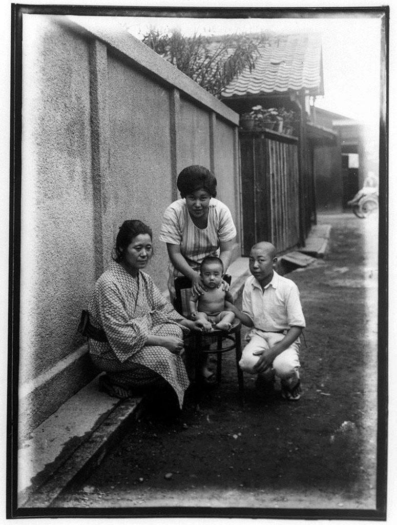 作品画像:幼児と少年と2人の女性