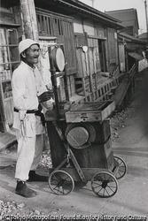 作品画像:東京 太鼓をたたいて飴屋さん