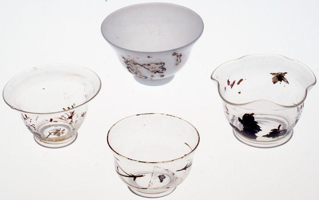 作品画像:乳白色桜絵入り(絵跡あり)宙吹き盃