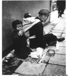作品画像:乞食の父子Ⅰ 銀座四丁目付近
