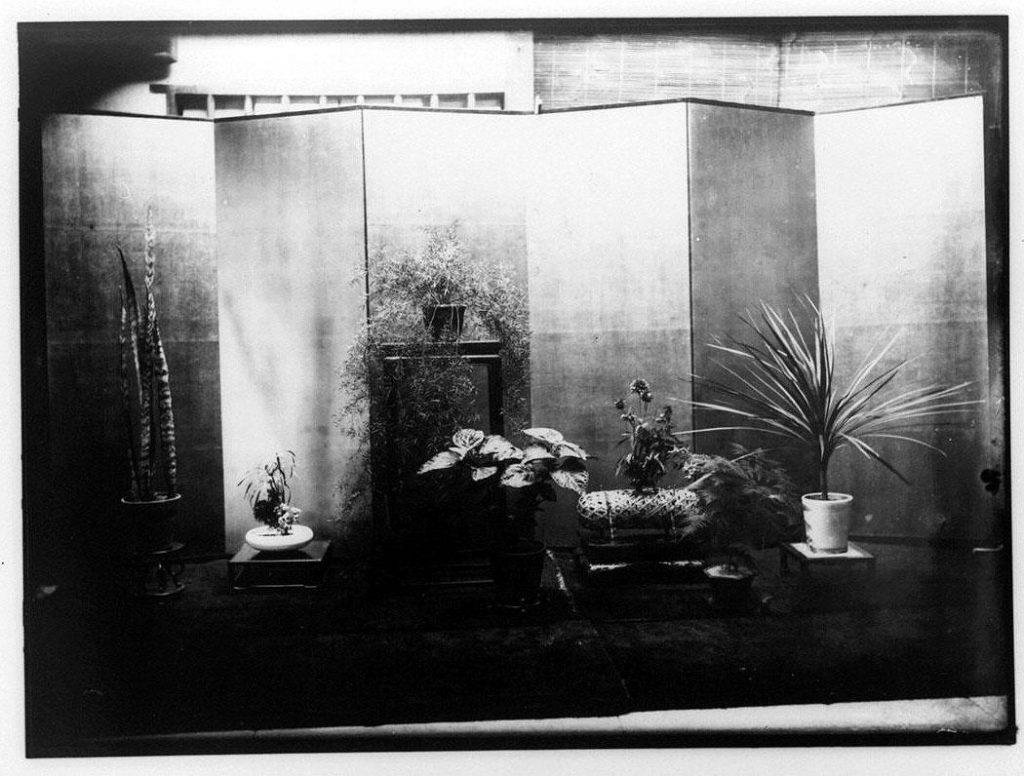 作品画像:屏風と生花・鉢植え