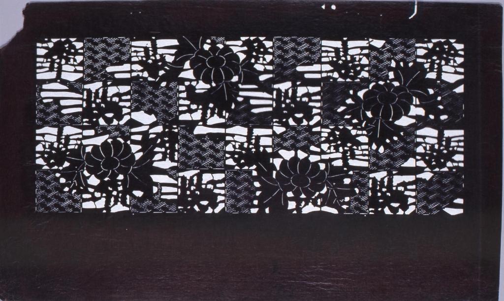 作品画像:長板中形型紙 紗綾形牡丹文(追掛)