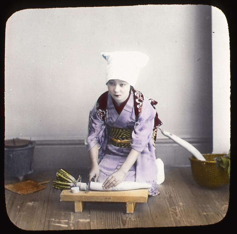 作品画像:大根を切る女性