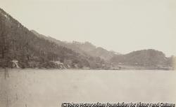 作品画像:護岸砲台がみえる防御柵地の谷