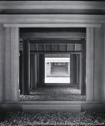 作品画像:内玉垣南御門から蕃塀、瑞垣南御門を通して内宮正殿木階をみる