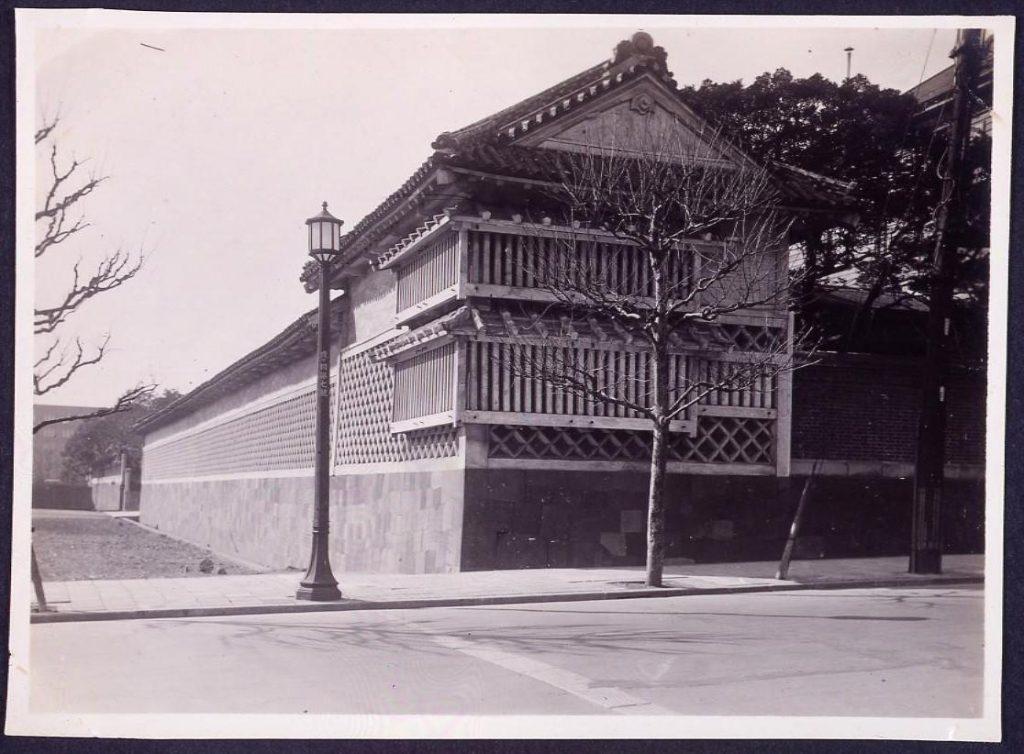 作品画像:温古写真集  8.黒田邸長屋海鼠(なまこ)壁 東より見る