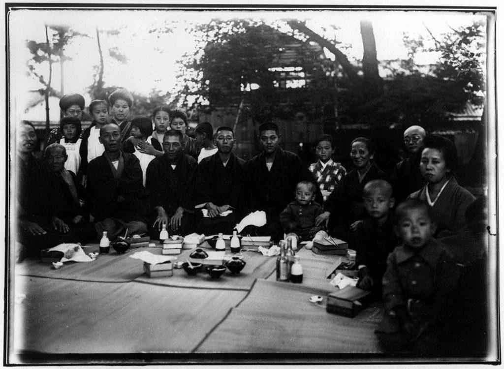 作品画像:屋外での宴会
