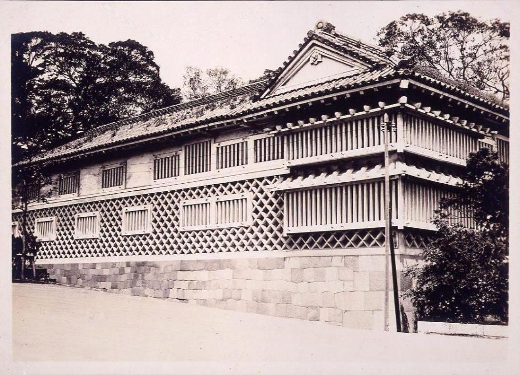 作品画像:温古写真集  9.黒田邸長屋海鼠(なまこ)壁 南より見る