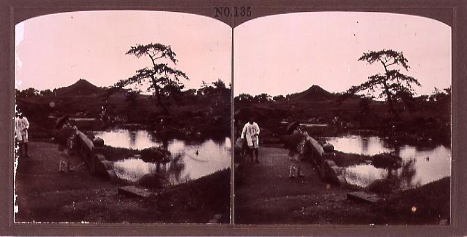 作品画像:石橋の上で洋傘をさす女児(No.135)