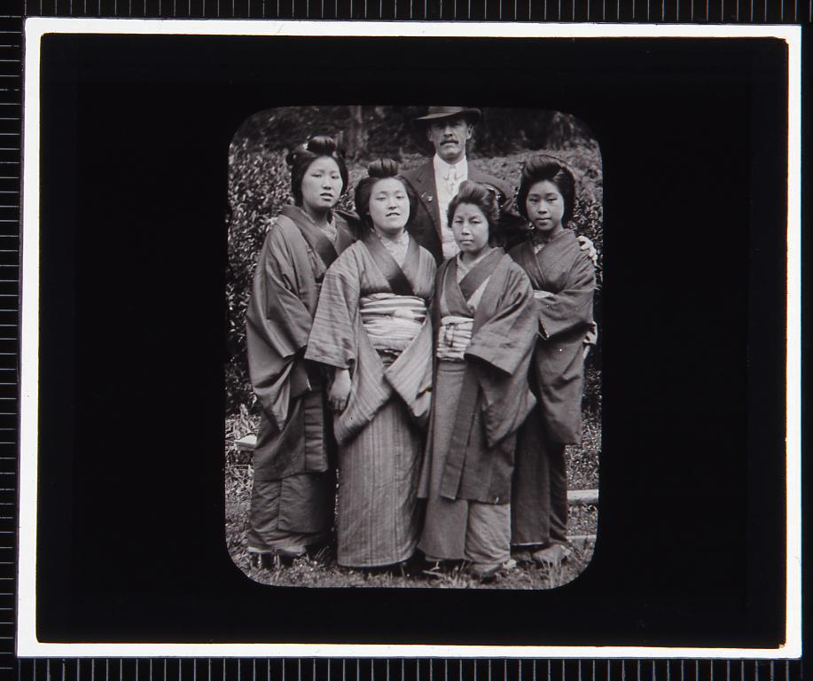 作品画像:女性達と西洋人男性(幻燈原板)