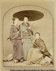 (傘を持った女性との三人像)