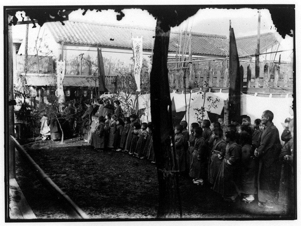 作品画像:八束穂稲荷大明神に参拝する子供たち
