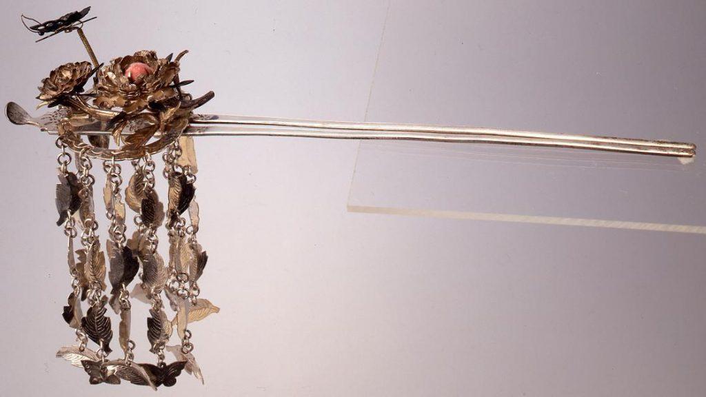 作品画像:銀蝶珊瑚入花びらびら簪