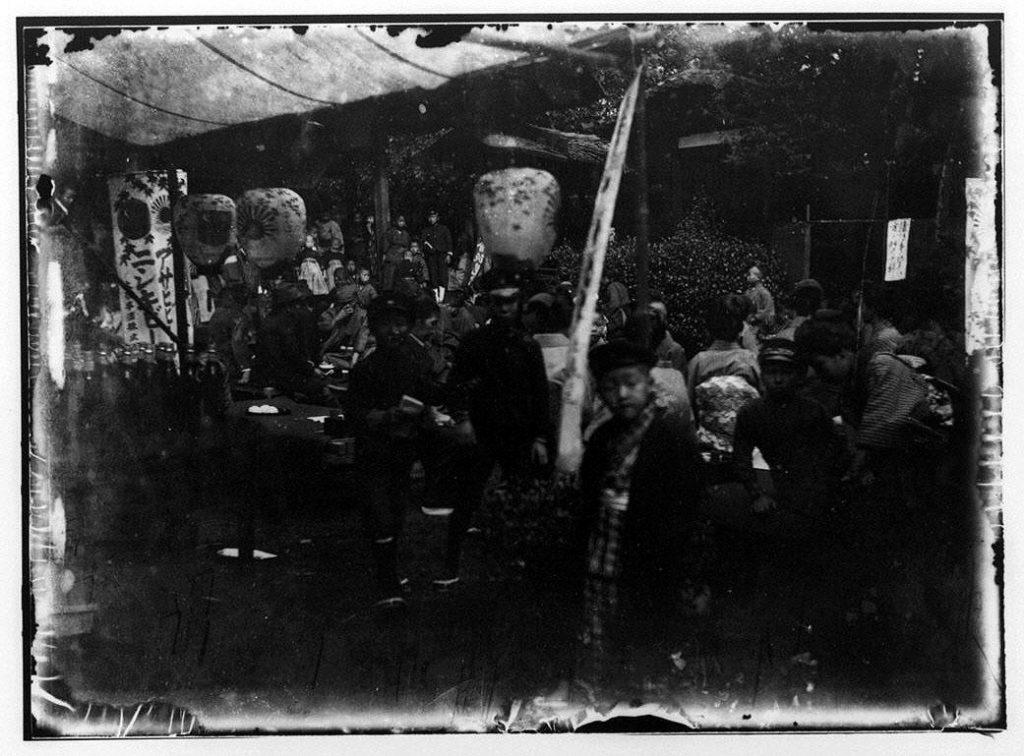 作品画像:屋外で飲食する平安徳義会の子供たち