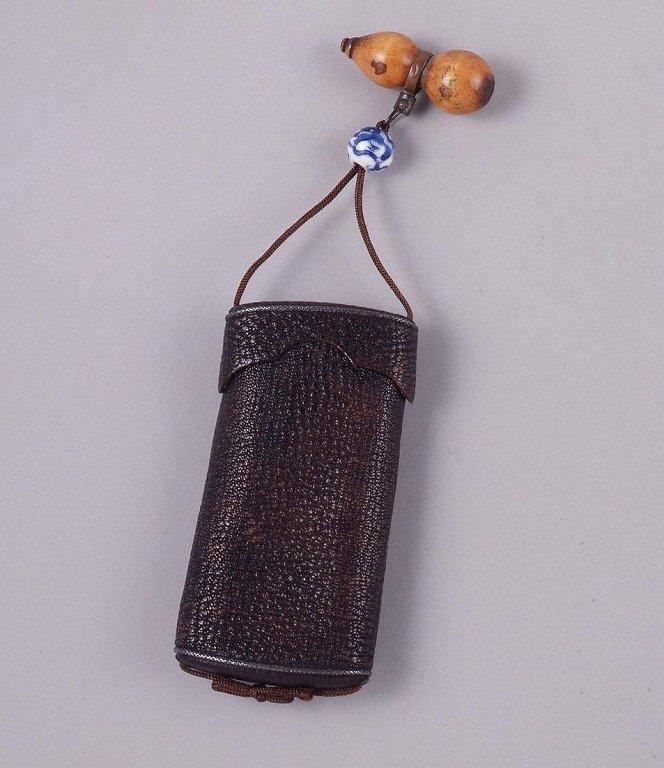 作品画像:桟留革胴乱型一つ提げたばこ入れ