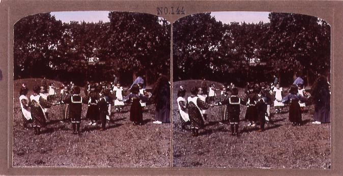 屋外で遊戯する子供たち(No.144)