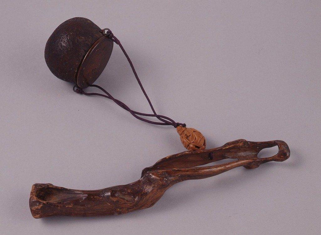 作品画像:木彫蓋付器形とんこつ腰差したばこ入れ