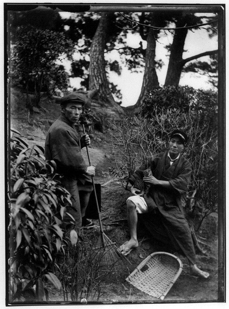 作品画像:山道を掃除する2人の男性