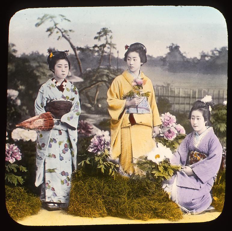 作品画像:牡丹と和傘を持つ女性たち