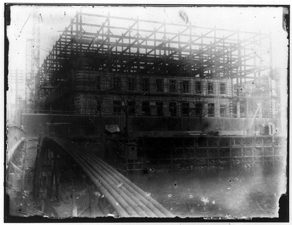 作品画像:建設中の建物