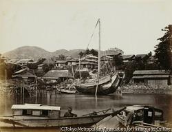 運河に浮かぶ日本のポンコツ船